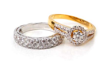 Gouden diamanten ring en hedendaagse diamant, op een witte achtergrond