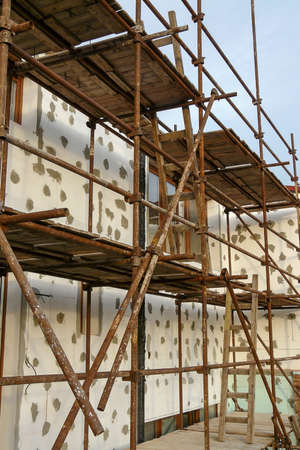 Thermal insulation of house wall with polystyrene. Picture of a scaffolding near familyhouse, contact thermal insulation system Stockfoto