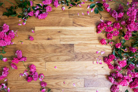 pink roses on brawn wooden background, view from above, place for your text 免版税图像
