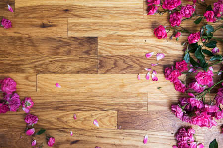 pink roses on brawn wooden background, view from above 免版税图像