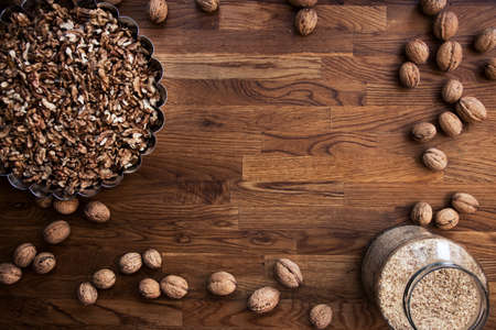 Walnut kernels and whole walnuts on rustic old wooden table, top view 免版税图像