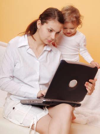 madre trabajadora: trabajando madre con su hijo Foto de archivo