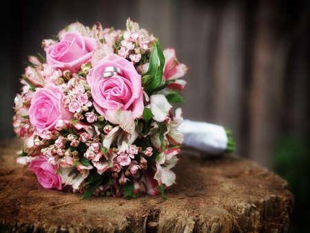 stilleven met bruidsboeket en trouwringen