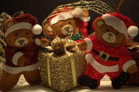 babbo natale orso con i suoi aiutanti