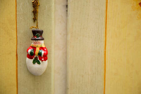 horizontal image with detail of a nice Christmas decoration hanging from a wardrobe key Banque d'images - 115149899