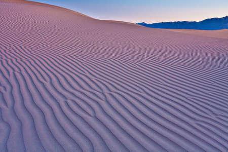 일출 Mequite 플랫 모래 언덕 모래의 잔물결을 보여주는
