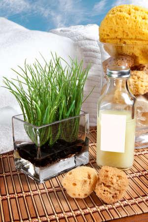 タオル、スポンジや泡風呂、豪華なスパ用竹マットの上