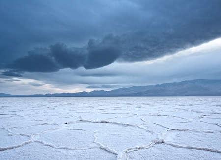 데스 밸리 국립 공원에서 배드 워터 소금 평지에 소금 다각형 불길한 폭풍에 롤백 스톡 콘텐츠