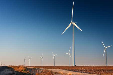 큰 바람 농장의 서부 텍사스면 필드 부분에 키 큰 풍력 터빈 스톡 콘텐츠