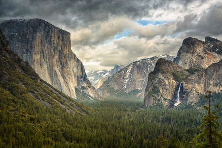 Tunnel View During a clearing winter storm in Yosemite National Park Imagens