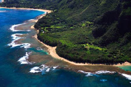 카우아이의 하와이 섬 해변과 산호초 시스템의 공중보기