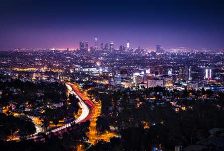 noche: Vista del centro de Los Angeles desde el Hollywood Hills Interstate 101 se muestra en primer plano
