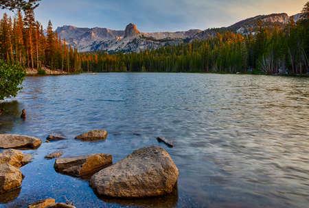 캘리포니아 동부 시에라 Mountians에서 일출 맘모스 호수 근처 호수 매미