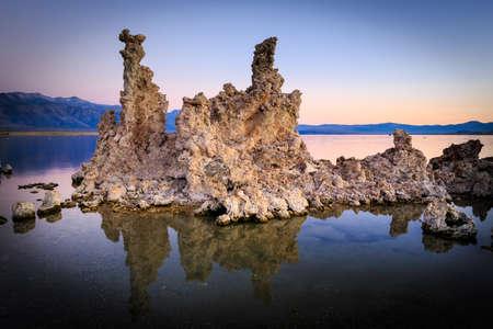 흥미로운 tufa 형성을 보여주는 일출 모노 호수