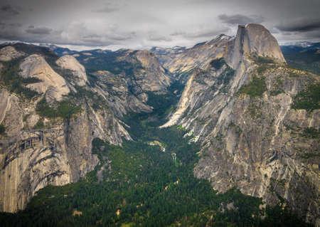 View of Yosemite Valley from Glacier Point Overlook.   Half Dome can be seen Imagens