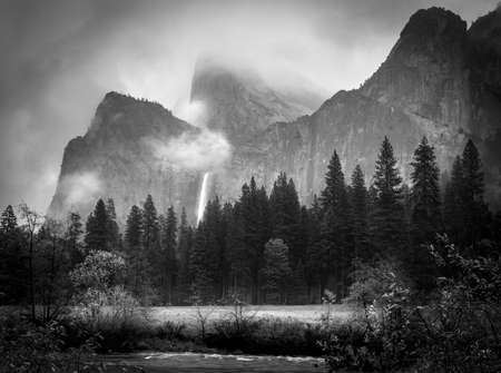 View of Bridalveil Falls on a foggy morning after a clearing storm Imagens