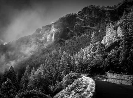 View of the Tunnel View Overlook ridges in the early morning after a snowstorm Imagens