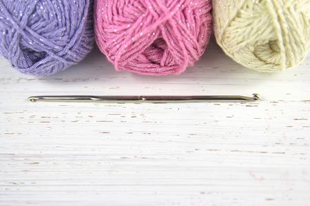 Yarn Wolle Pastellfarben mit Häkelnadel und kopieren Sie Platz auf notleidende Holz Hintergrund Standard-Bild - 31883139