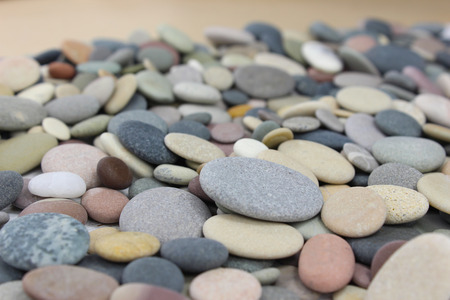 Different colored pebbles or beach stones on a beach. Standard-Bild