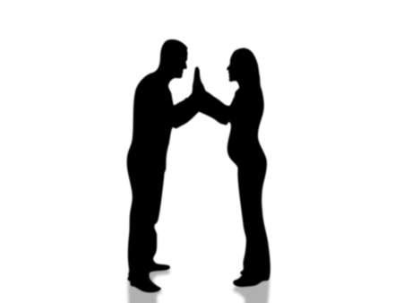 manos unidas: El hombre y la chica embarazada que se incorporaron a las manos de pie
