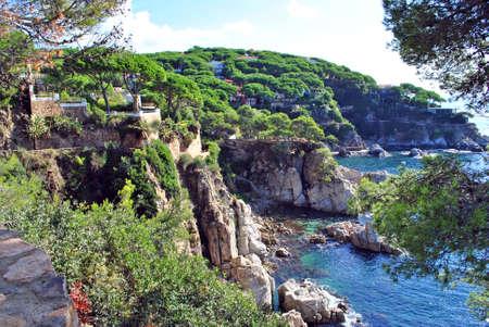 paisaje mediterraneo: Rocosa costa de una bah�a del mar en Espa�a.