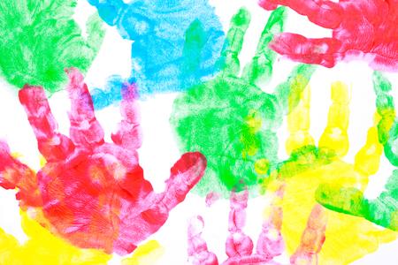 Mehrfarbige gemalt Handabdrücke auf einem weißen Hintergrund Rot, gelb, blau und rot