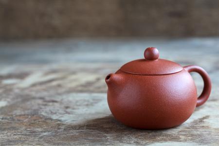 Teezeremoniezubehör des traditionellen Chinesen: Teekessel für grünen Tee auf dem Holztisch, selektiven Fokus und Platz für Text