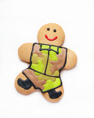 defender: Homemade Gingerbread men in protective khaki uniforms on Defender of the Fatherland Day, close up Stock Photo