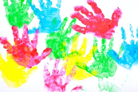 Mehrfarbige gemalt Handabdrücke auf einem weißen Hintergrund Rot, gelb, blau und rot Standard-Bild