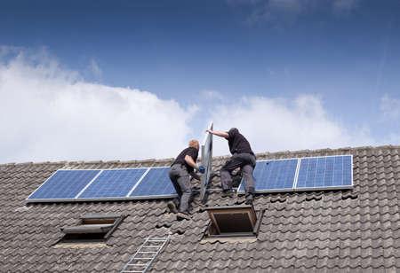 PLACAS SOLARES: dos hombres la instalación de paneles solares en la azotea
