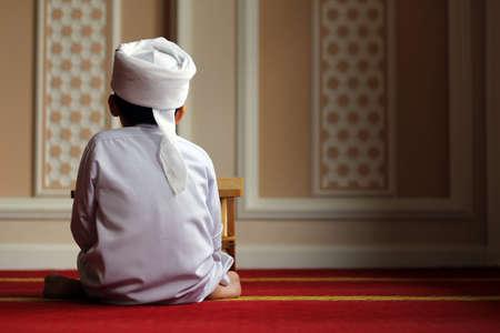 mano de dios: Chico joven con turbante en el interior mezquita