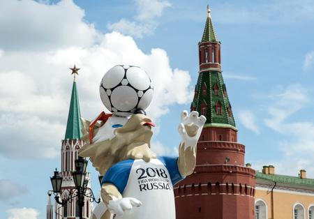 MOSKOU, RUSLAND - 17 juni 2017 De officiële mascotte van de FIFA Wereldbeker van 2018 en de FIFA Confederations Cup 2017-wolf Zabivaka op het Manege-plein in Moskou. Redactioneel