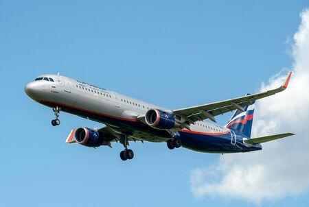 SHEREMETYEVO, MOSCOW REGION, RUSLAND - 28 juni 2017: Airbus A321 van Aeroflot Airlines maakt een landing op Sheremetyevo International Airport.