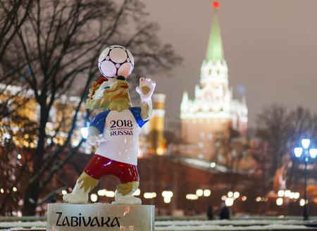 9 december 2017 Moskou, Rusland. De officiële mascotte van de FIFA World Cup 2018 wolf Zabivaka op het Manege-plein in Moskou.