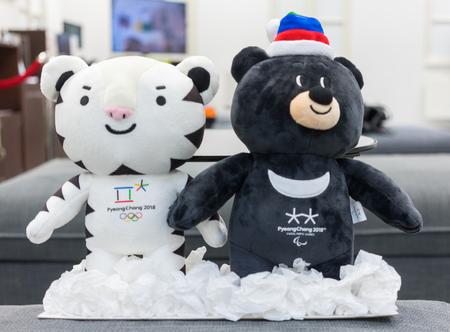 12 월 22 일, 2017 모스크바, 러시아 공식 마스코트 XXIII 동계 올림픽과 12 세 겨울 평원시 올림픽 게임, 화이트 타이거 수호랑과 아시아 흑곰 곰 인형 Bandabi
