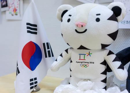 22 december 2017 Moskou, Rusland Officiële Mascotte XXIII Olympische Winterspelen in Pyeongchang, Zuid-Koreaanse witte tijger Soohorang. Redactioneel
