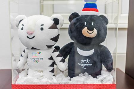 22 december 2017 Moskou, Rusland Officiële Mascottes XXIII Olympische Winterspelen en XII Paralympische Winterspelen in Pyeongchang City, Zuid-Korea witte tijger Soohorang en Aziatische zwarte beer Bandabi