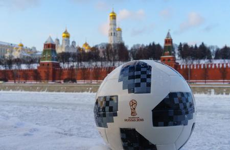 22 januari 2018. Moskou, Rusland. De officiële bal van de FIFA World Cup 2018 Adidas Telstar 18 tegen de achtergrond van het Kremlin in Moskou.