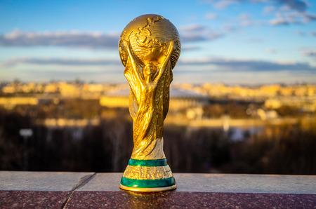 13 april 2018 Moskou, Rusland Trofee van de FIFA Wereldbeker tegen de achtergrond van het Luzhniki-stadion in Moskou.