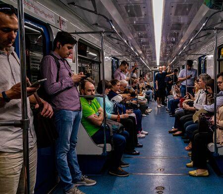 30 maggio 2019, Mosca, Russia. Passeggeri nel vagone della metropolitana di Mosca. Editoriali