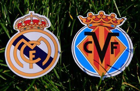 6 de septiembre de 2019, Madrid, España. Emblemas de los clubes de fútbol españoles Real Madrid y Villarreal sobre el verde césped del césped. Editorial