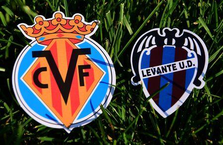 6 de septiembre de 2019, Madrid, España. Emblemas de los clubes de fútbol español Villarreal y Levante sobre el verde césped del césped.