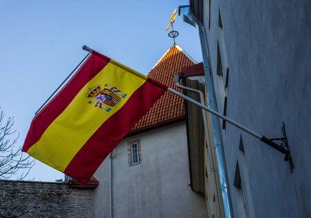 Spanish flag on building against blue sky on bright Sunny day Stockfoto