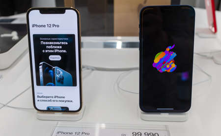 October 23, 2020, Moscow, Russia. New smartphones from the Apple Iphone 12 and Iphone 12 pro on the store counter. 新闻类图片