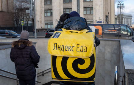 February 5, 2020 Moscow, Russia. An employee of the Yandex Food delivery service on a Moscow street. 新闻类图片