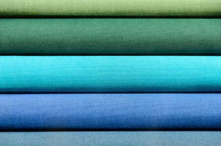 Stack von Buchrücken mit Bettwäsche für Hintergrund Zweck, Grün und Blau überzogen