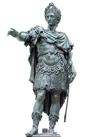 Estatua de bronce de un emperador romano aislado en blanco. Foto de archivo