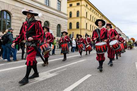 MUNICH, BAVARIA, GERMANY -  MARCH 11, 2018: drummers group of Kaufbeuren in Middle Ages clothing at the St. Patricks Day Parade. Name of the band is Kaiser Maximilian Trommler zu Kaufbeuren. 報道画像