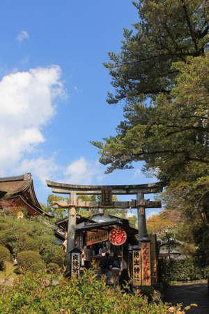 feat: El Kiyomizu-dera, Kyoto, Jap�n - 28 de mayo 2014 Templo budista de Kioto, Jap�n en una haza�a d�a de primavera