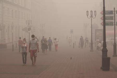contaminacion del aire: Nizhny Novgorod - 08 de agosto 2010 peoplewalk sobre calle peatonal Bolshaya Pokrovka en Nizhny Novgorod, Rusia el 08 de agosto 2010